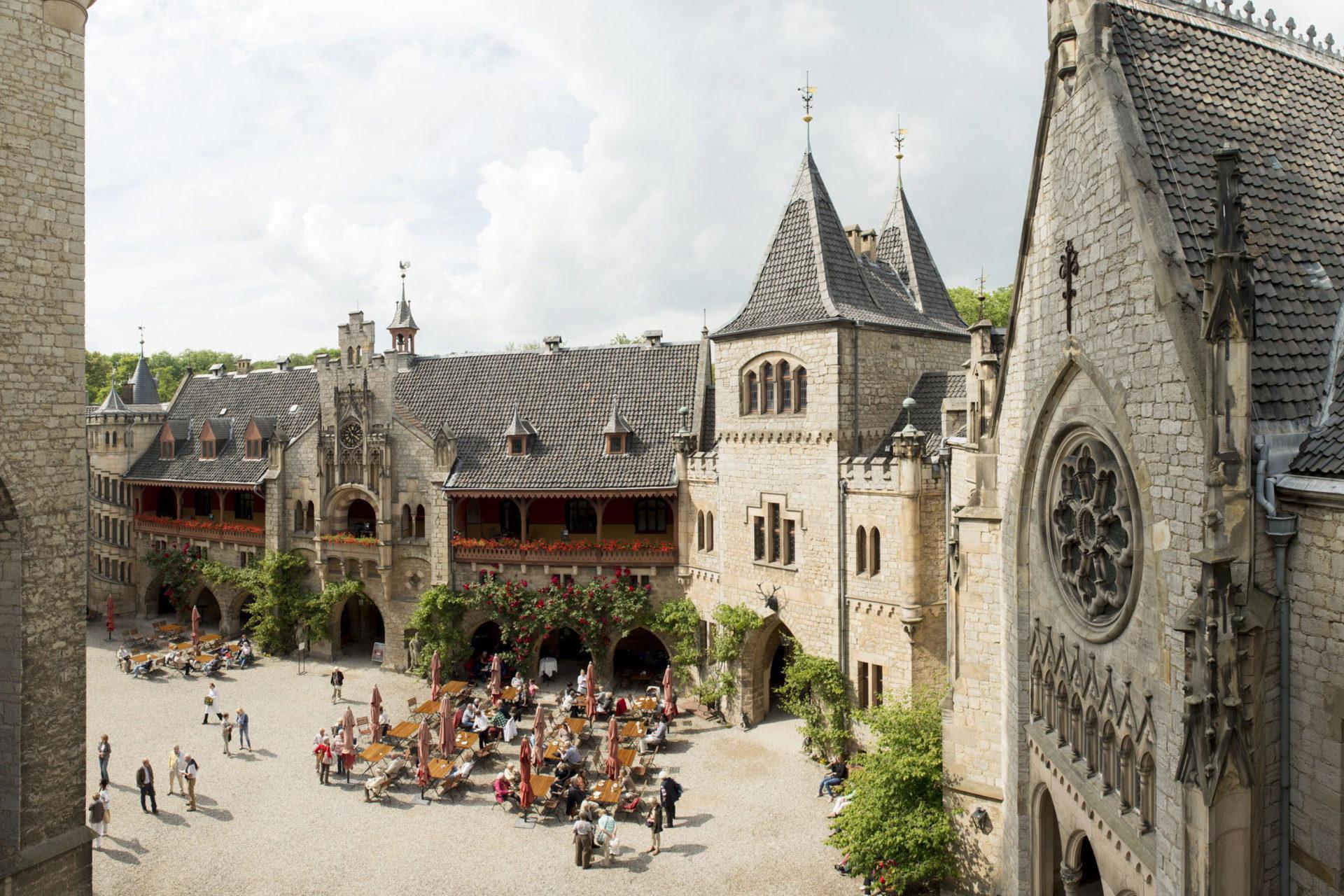 Innenhof mit Außenterrasse Schloss Marienburg