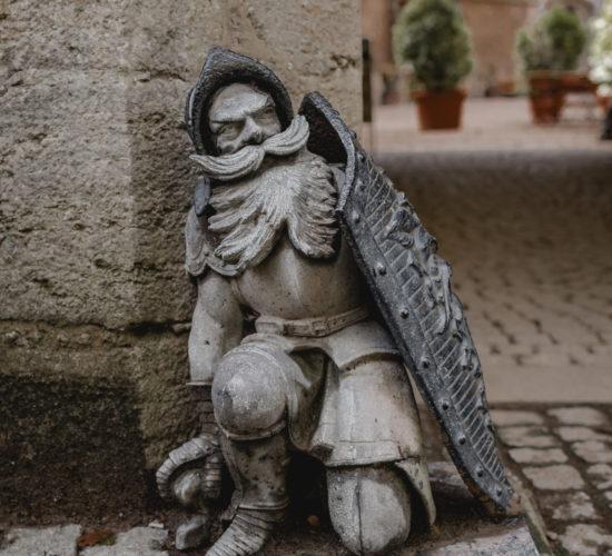 Schloss Marienburg Außenansicht - Wächter aus Metall