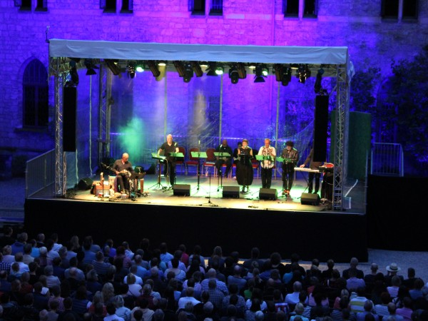 Open Air Schloss Marienburg Feuer im Schloss Bühne