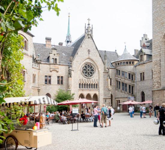 Schloss Marienburg Außenansicht - Gäste im Innenhof