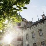 Schloss Marienburg bei strahlendem Sonnenschein